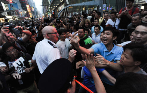 雨傘運動第六日,大批疑似黑社會成員到旺角集會現場多番挑釁滋事,警方對此未作更多制止的努力。(孫青天/大紀元)