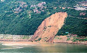 山體滑坡引發巨浪 致13艘船翻沉