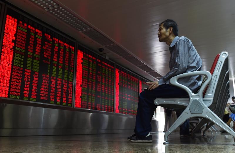 中國股市從6月15日開始的這場股災,在習近平當局的強力干預下,這場股災告一段落。越來越多的跡象顯示,江澤民、曾慶紅的勢力參與了這次與習近平當局在股市中的金融戰爭。( GREG BAKER/AFP/Getty Images)