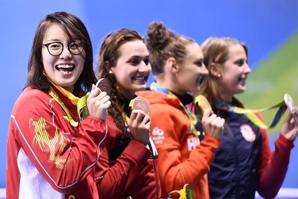 奪得里約奧運銅牌的傅園慧(左一)表示,她用盡「洪荒之力」完成了比賽。(CHRISTOPHE SIMON/AFP/Getty Images)