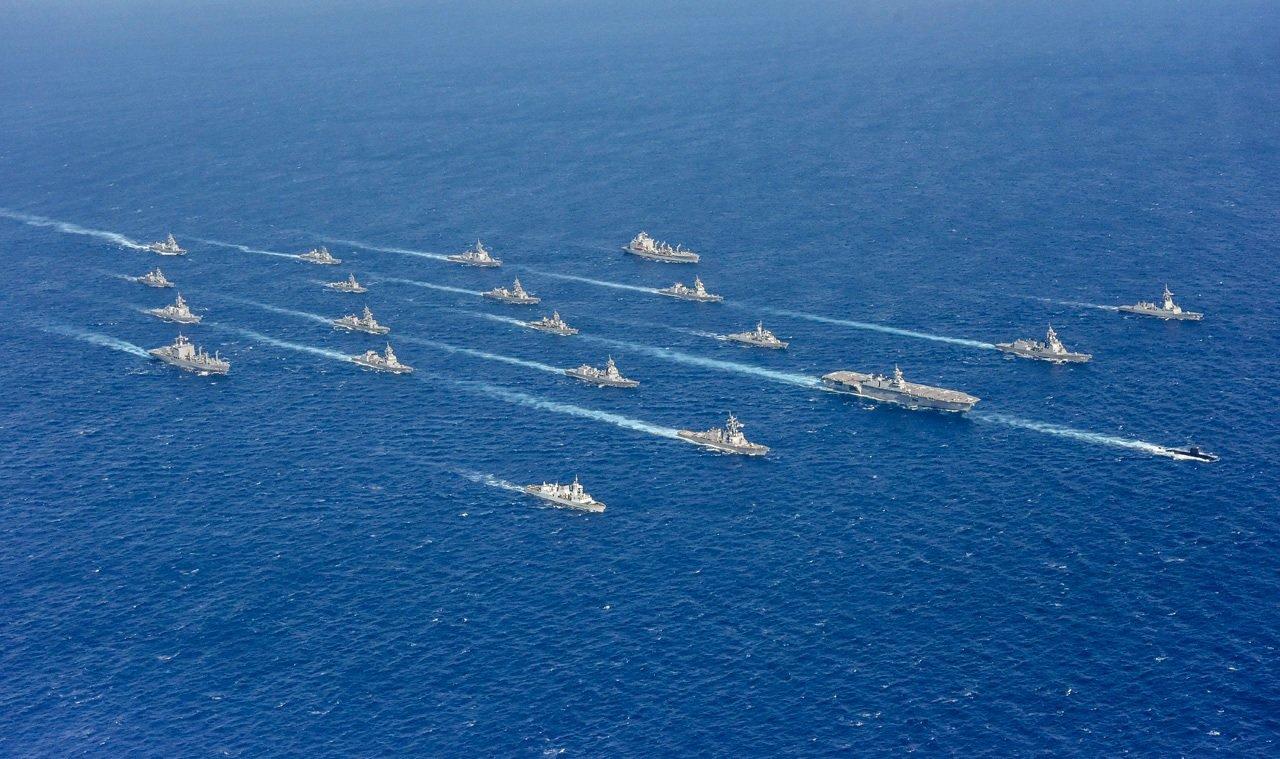 日本海上自衛隊艦隊2019年11月2日在海上列隊演習。(JP MOD)