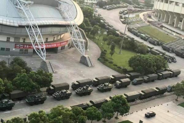 G20峰會前,習近平高調視察軍方,而且還下發整治貪官的文件。圖為杭州市區日前出現成建制裝甲部隊。(網絡圖片)