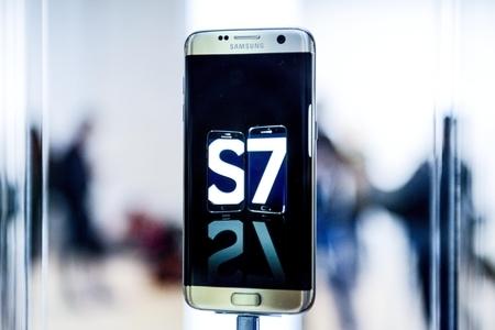 在2016年第三季,全球智能手機生產量錄得10.4%升幅,數量達到約3.5億部,南韓三星電子(Samsung)繼續保持第一位,蘋果(Apple)則排名第二。三星的第三季生產量並未受到Galaxy Note7事件影響。(David Ramos/Getty Images)