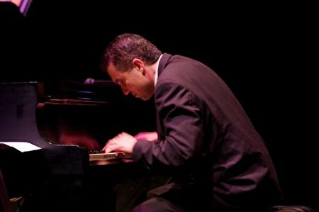 鋼琴家暨作曲家埃里克·格努伊斯的世界巡演照片。(埃里克·格努伊斯提供)