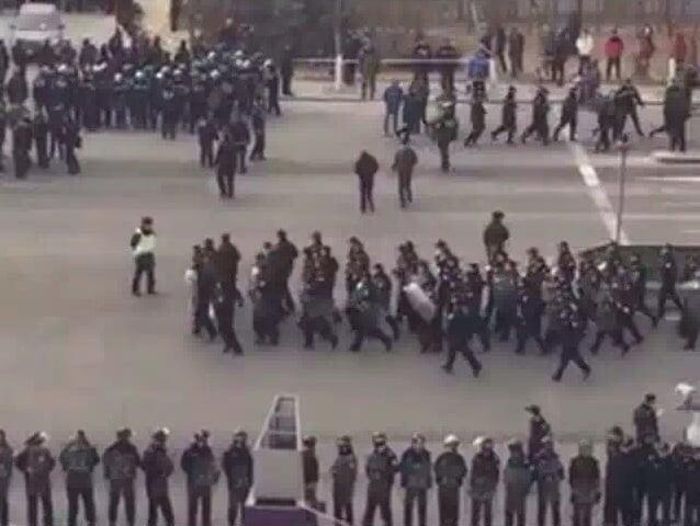 1月30日至2月1日,連續三天,上千警察圍堵天津市天穆村,大肆抓捕維權村民,有數十人被抓走。(網絡圖片)