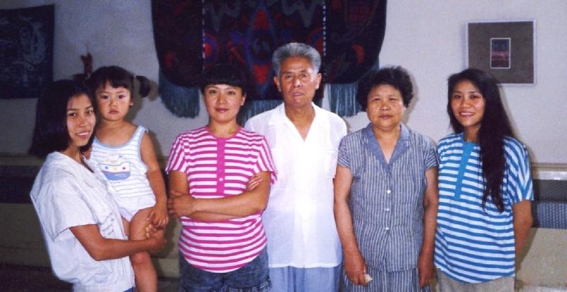 高蓉蓉(左一)和家人。(明慧網)