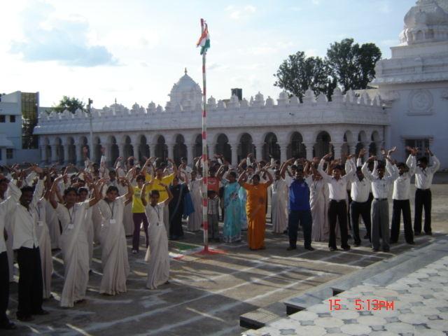 2010年,印度班加羅爾舉辦法輪功講座,民眾學煉功法。(明慧網)
