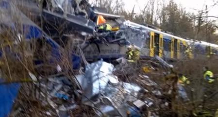 9日上午,德國兩列火車相撞,目前已造成4人死亡、150人受傷。(視頻擷圖)