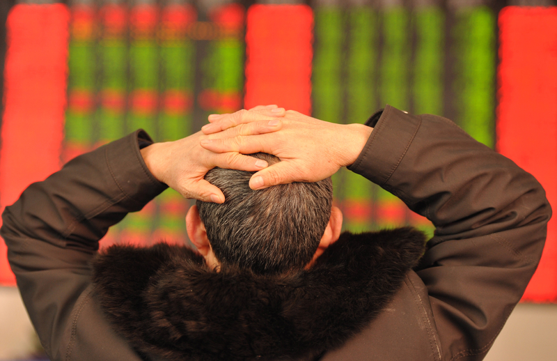 大陸股市25日出現今年以來第四大單日跌幅,滬指收盤暴跌6.41%,跌破2800點。圖為24日,股民在關注股市行情。(大紀元資料室)