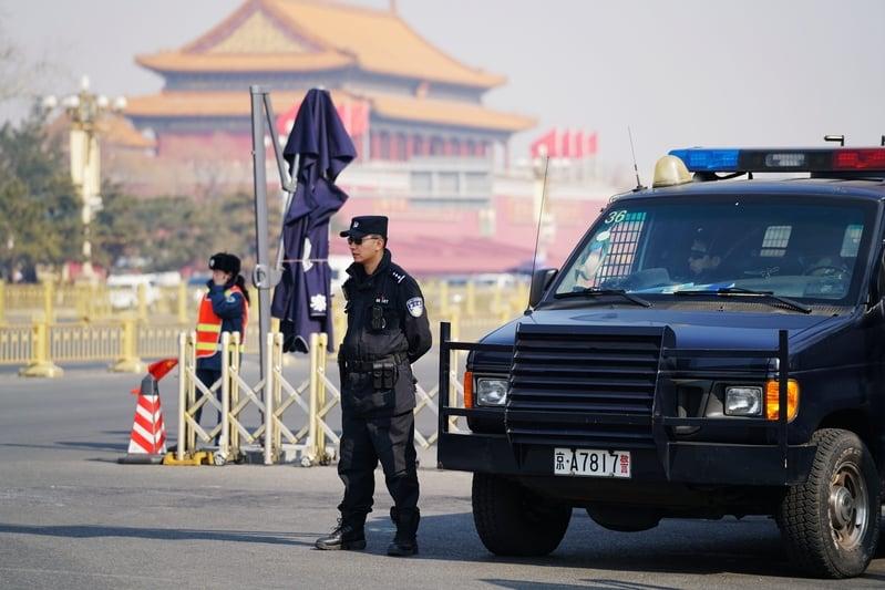 兩會期間北京保安系統升級,中國各地從機場到車站,從地面到地下,遍佈北京各個角落的安保防護網,並非要防恐怖份子,而是訪民。圖為2016年03月02日,北京天安門廣場一名特警站在警車前。(李三弦/CFP)