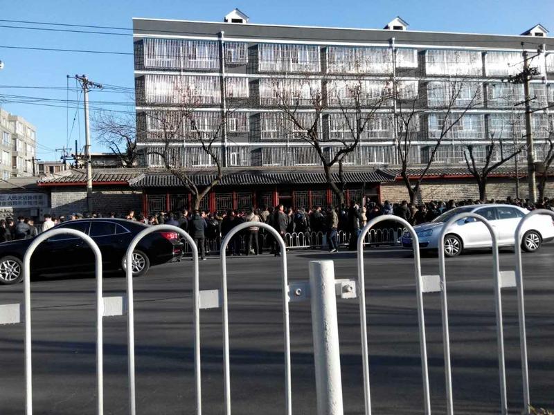 3月7日是中共兩會第五天,中共國家信訪局前人山人海,上萬訪民排起一公里長龍,與此同時,截訪人員與警察持續抓捕訪民。(訪民提供)