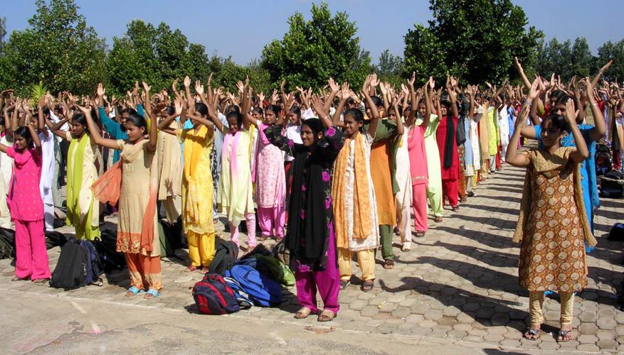 2009年5月,Sri Adichunchanagiri Mahasamsthama Moth,地處偏僻鄉村。這所宗教學校,從小學、中學、高中、大學一連貫,學生共計超過二千人。在長老親自陪同下,各班級老師帶著學生,列隊學煉法輪功。(明慧網)