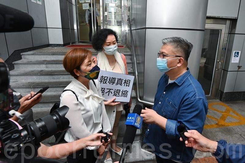 4月27日下午4時30分,香港《大紀元時報》記者梁珍(右)與發言人吳雪兒(左)到旺角警署就近日梁珍兩次被滋擾事件報案。警察公共關係科黃Sir到門外向梁珍初步了解事件。(宋碧龍/大紀元)