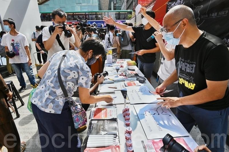 5月9日,有市民前來街站簽名,表示悼念六四死難者。(宋碧龍/大紀元)