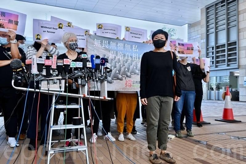 第十二屆金堯如新聞自由獎於昨(5月15日)舉行,其中香港電台《鏗鏘集》團隊憑借「7.21 誰主真相」獲獎。早前編導蔡玉玲因為製作該節目而因「查冊」被捕,出庭時不少新聞從業員到場聲援。(宋碧龍/大紀元)