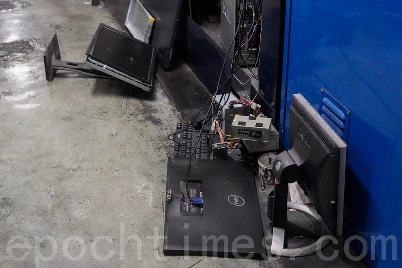 12日凌晨,4名暴徒持刀及鐵鎚暴力砸毀大紀元印刷廠機器及電腦設備。(余鋼/大紀元)