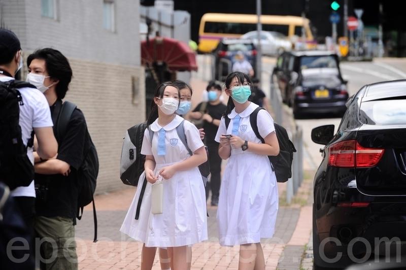 香港中學校長會一項調查發現,2020年7至11月期間,比較2019年同期的退學人數增加了23%。當中因移民和到海外升學而退學的學生,較2019年大增五成。圖為香港中學生上學的情況。(宋碧龍/大紀元)