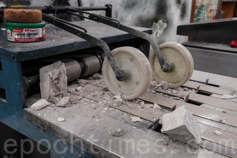 承印香港大紀元報紙的大紀元新時代印刷廠4月12日清晨遭刑毀。4名暴徒持刀及鐵鎚暴力砸毀大紀元印刷廠機器及電腦設備。(余鋼/大紀元)