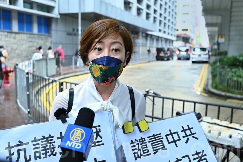 4月27日下午4時30分,香港《大紀元時報》記者梁珍就近日兩次被滋擾事件報案。報案前接受媒體訪問。(宋碧龍/大紀元)