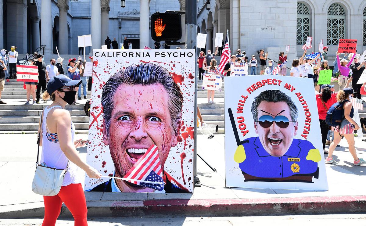 2020年5月1日,人們在南加州洛杉磯市政府前,抗議州長紐森的居家防疫令,呼籲儘快重啟經濟。(FREDERIC J. BROWN/AFP via Getty Images)