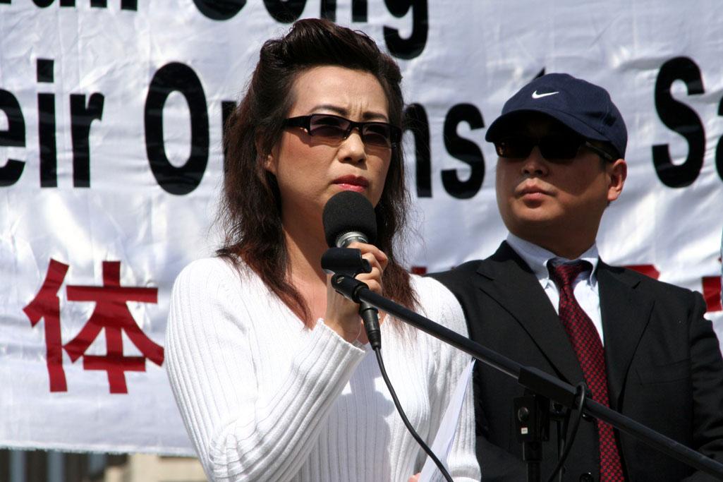 安妮(左)公開站出來指證中共的罪惡。(明慧網)
