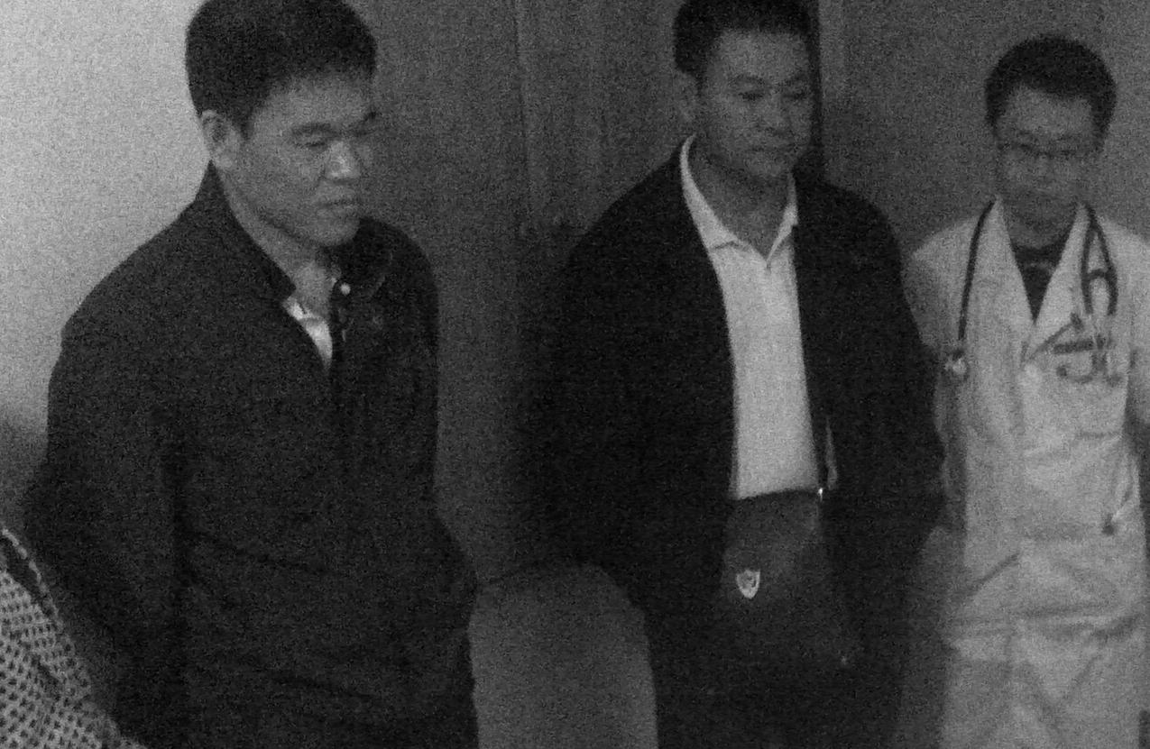 圖中三人是湖南長沙撈刀河洗腦班迫害大法弟子的警察和打手醫生。在迫害蔣美蘭的過程中,右邊穿白袍者是給將美蘭注射不明藥物的「醫生」。蔣美蘭被注射藥物後,當即神智不清。(明慧網)