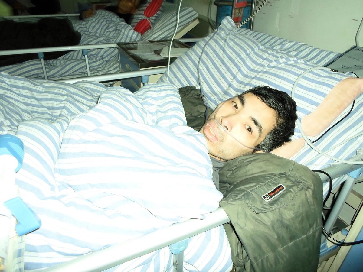 照片是亢宏被迫害得便血、嘔血致休克昏迷,送醫院急救時拍攝。(明慧網)