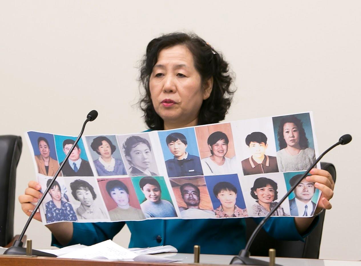 2016年5月26日,美國國會眾議院雷本(Rayburn)大樓舉行「中國人權災難及迫害者承擔罪責」為主題的研討會。王春彥在會上講述了自己遭受迫害的經歷,並展示了她所熟識的身邊被迫害致死的法輪功學員的照片。(李莎/大紀元)