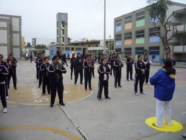 秘魯特雷莎岡薩雷斯女子中學(IE Teresa Gonzalez de Fanning Primaria)學生學煉法輪功。(明慧網)
