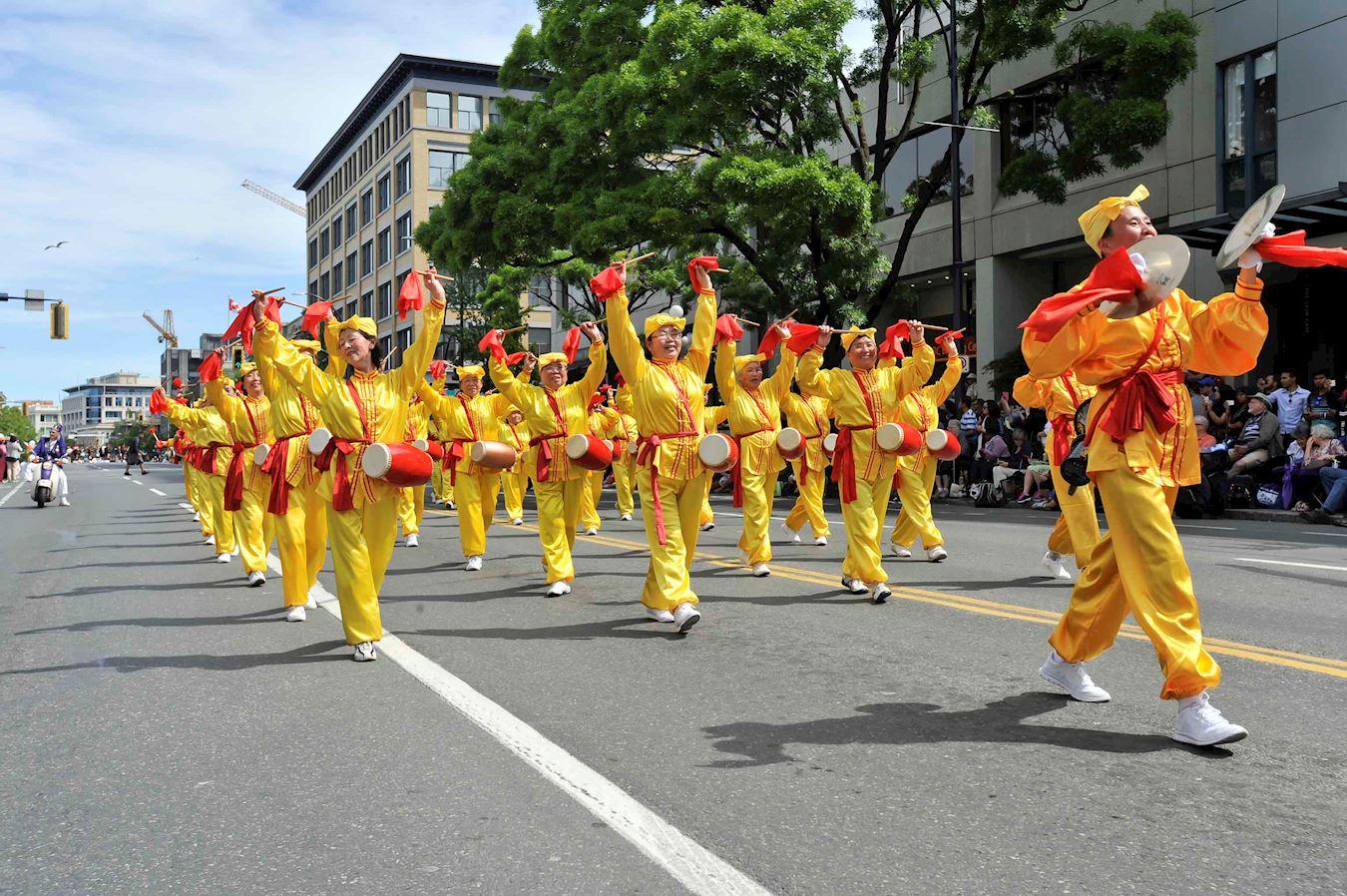 溫哥華部份法輪功學員參加加拿大卑詩省維多利亞日150週年慶典遊行。(明慧網)