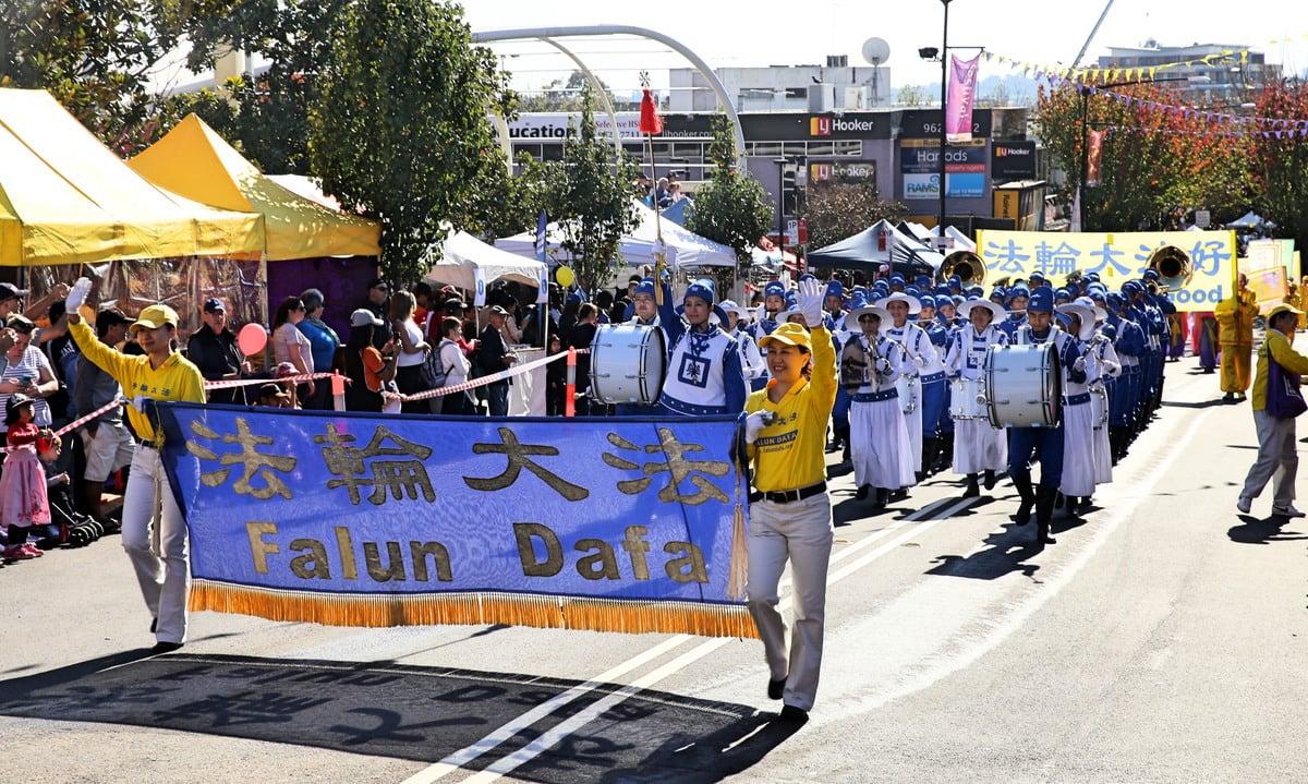 5月27日,悉尼部份法輪功學員參加了本年度西悉尼黑鎮市(Black Town)的盛大嘉年華遊行,被當地紐省議員譽為「優秀團體」。(明慧網)