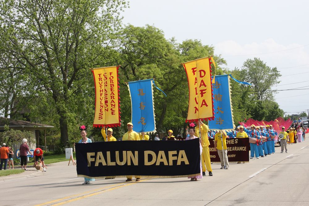 密西根州部份法輪功學員們以花車、唐鼓隊和仙女隊的遊行方陣首次參加了遊行,受到民眾喜愛。(明慧網)