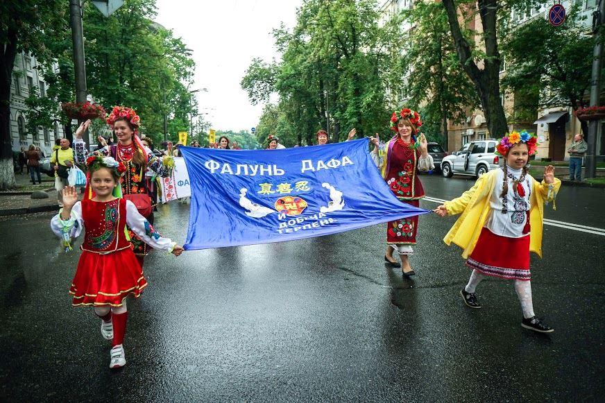 5月27日,烏克蘭法輪功學員在首都基輔舉行集體煉功、遊行等活動。(明慧網)
