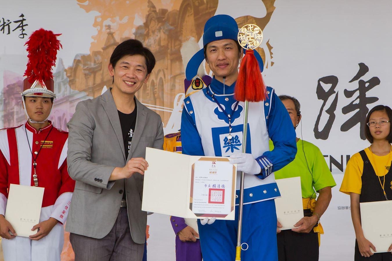 台南市文化局長葉澤山說:「感謝參加的樂團為提升台南的音樂文化、活絡地方藝文發展所作貢獻。」並頒感謝狀給法輪大法天國樂團。(明慧網)
