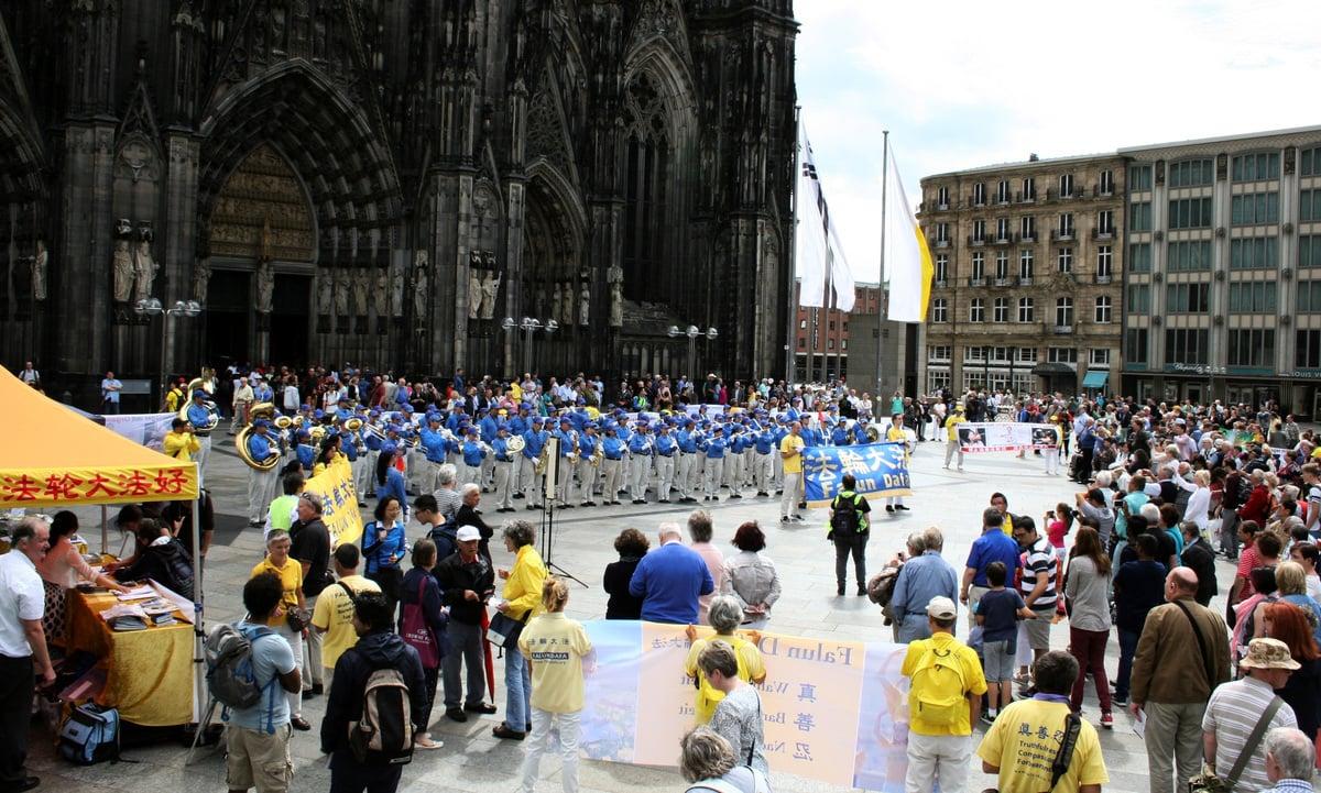 法輪功學員組成的天國樂團在科隆大教堂前表演,吸引了眾多遊客。(明慧網)