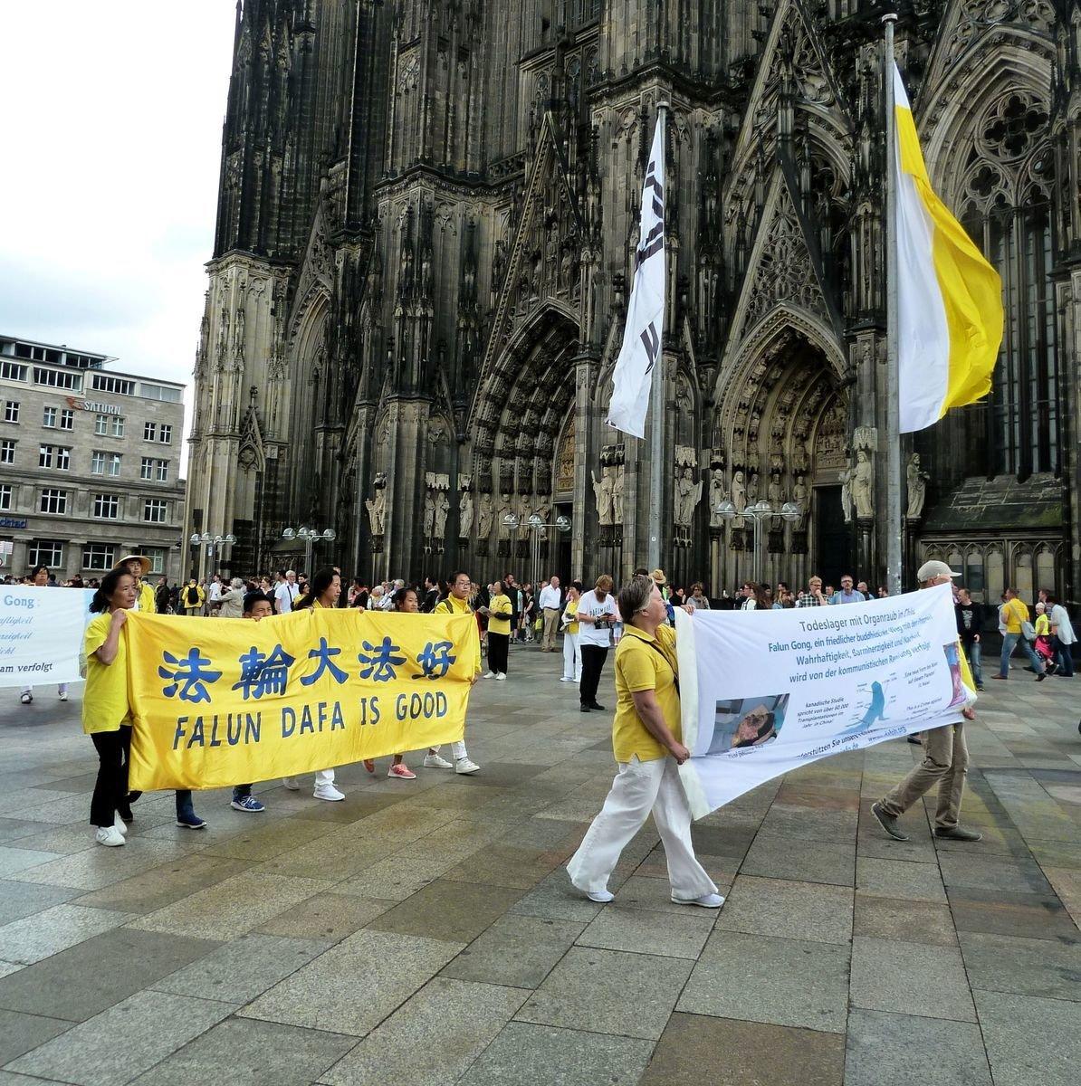 法輪功學員在科隆舉辦遊行,背景是著名的科隆大教堂。(明慧網)
