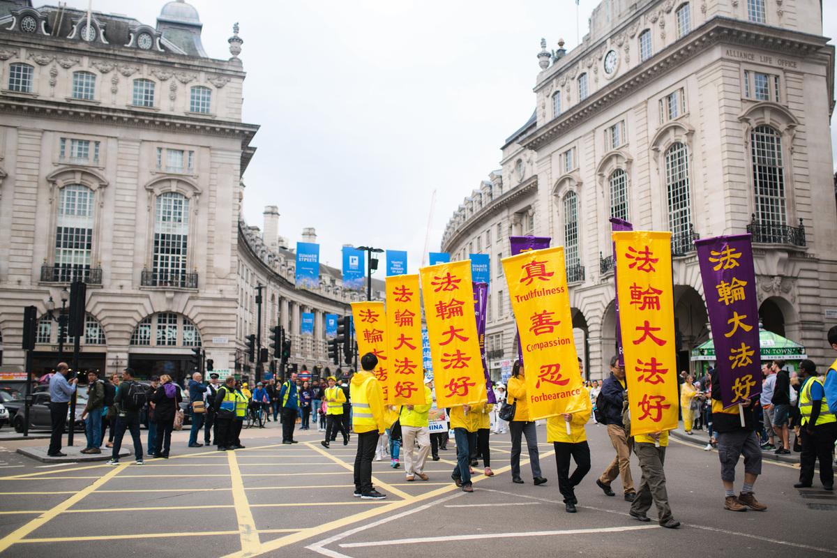 法輪功學員浩浩蕩蕩的遊行隊伍穿過繁華熱鬧的倫敦市中心。(明慧網)