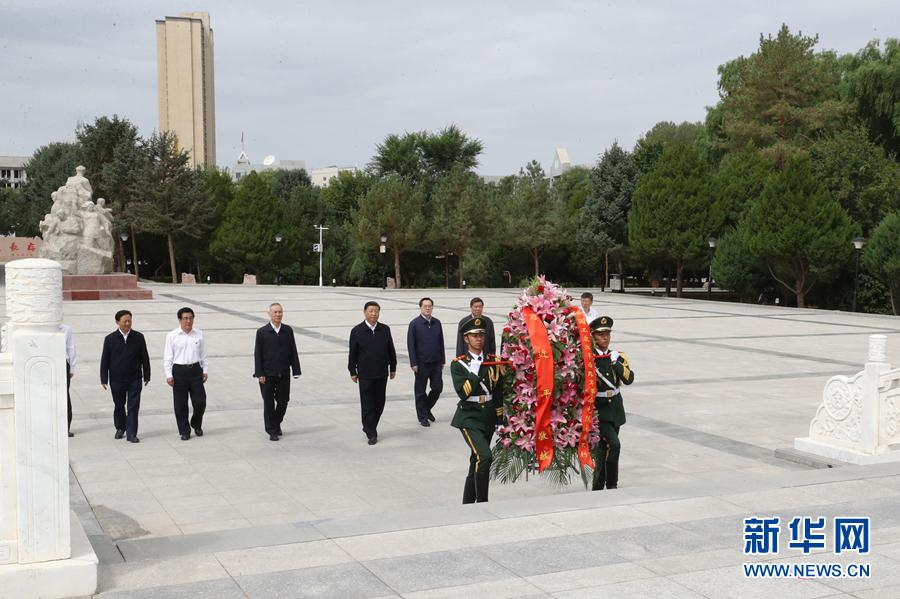 8月20日在張掖市高台縣,習近平去給西路軍紀念碑和陣亡士兵公墓獻花籃。新華社